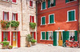 Caorle Häuser bunt shutterstock 1024855213