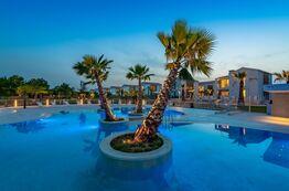 Bild Der eigene Pool mit Palmen und Cabanas - perfekter Ort für einen erholsamen Urlaubstag.