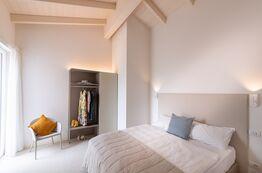 Bild Pareus Beach Resort mit modernen Ferienhaeusesrn direkt am Meer in Caorle, Italien.