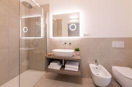 Im Pareus Beach Resort gibt es moderne helle Badezimmer mit Walk-in Dusche